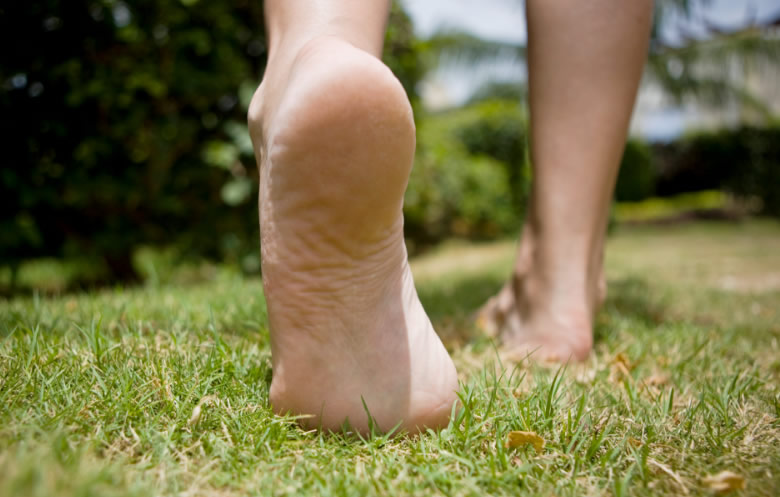 Benefícios de andar descalço