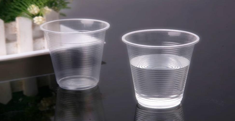 copo de água debaixo da cama